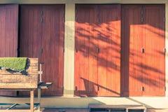 Теплый свет вечера светя на старых деревянных дверях Стоковое Изображение