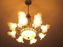 Теплый свет от стены украшает лампу на потолке Стоковая Фотография