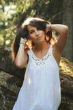 Теплый светлый портрет красивой девушки напольной Стоковое Изображение