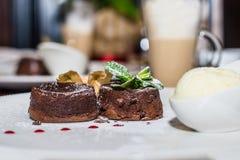 Теплый шоколадный торт десерта Стоковое фото RF