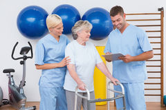 Терапевты с инвалидной старшей женщиной Стоковые Изображения