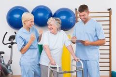Терапевты с инвалидной старшей женщиной Стоковое Фото