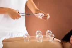 Терапевт давая придавая форму чашки терапию к человеку Стоковое Фото