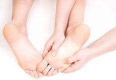 Терапевт делая массаж ноги Стоковые Фотографии RF