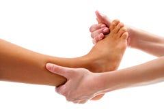 Терапевт делая osteopathic массаж reflexology стоковое фото