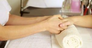 Терапевт красоты массажируя руки клиентов сток-видео