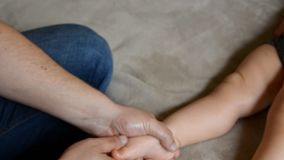 Терапевт массажа делает для годовалого массажа реабилитации ребенка ребенка сток-видео