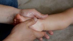 Терапевт массажа делает для годовалого массажа реабилитации ребенка  видеоматериал