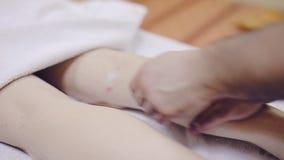 Терапевт массажа делая массаж из ноги Курорт сток-видео