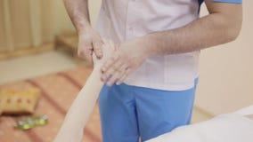 Терапевт массажа делая массаж из руки видеоматериал