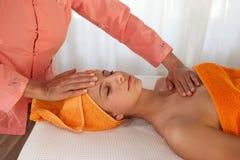 терапевт массажа красотки лицевой давая Стоковое Изображение RF