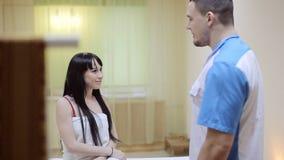 Терапевт массажа разговаривая с пациентом спа роз процедурам по лепестка видеоматериал