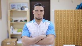Терапевт массажа стоя в медицинском офисе видеоматериал