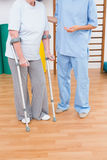 Терапевт помогая старшей женщине с scrubs Стоковые Фотографии RF