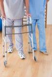 Терапевт помогая старшему человеку Стоковые Фото