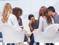 Терапевт принимая примечания пока терпеливый плакать Стоковое Изображение RF