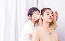 Терапевт протягивает руку женщины в тайском массаже Стоковое Изображение