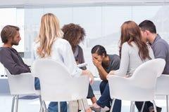 Терапевт слушая плакать женщины Стоковая Фотография RF