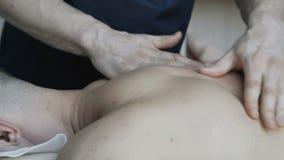 Терапевт masseur массажируя заднюю часть мужчины 4K акции видеоматериалы