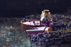 Терапия курорта концепции Свежие цветения лаванды с естественным handmade маслом лаванды, солью моря стоковая фотография rf