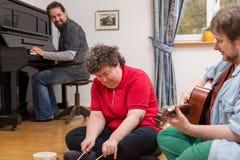 Терапия музыки с a женщиной умственно - неработающей стоковая фотография