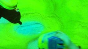 Терапия песка Игра Childs со шлюпками игрушки в песке Работа встречи психотерапии психолога сток-видео
