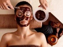 Терапия спы для женщины получая косметическую маску Стоковое Фото