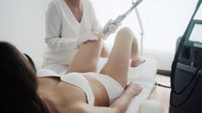 Терапия удаления волос лазера на ноге клиента женщины сток-видео