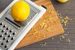 Терка и лимон Стоковые Изображения