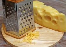 Терка сыра на деревянной предпосылке Стоковая Фотография RF