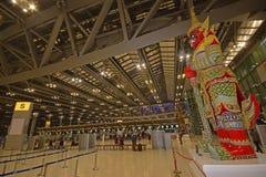 Терминальный интерьер авиапорта Бангкока международного Suvarnabhumi с статуей Suriyaphob большой Стоковые Изображения