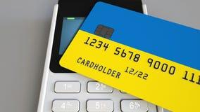 Терминал оплаты с кредитной карточкой отличая флагом Украины 3D анимация украинской национальной банковской системы схематическая сток-видео