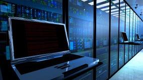 терминальный монитор в комнате сервера с сервером кладет на полку в интерьере datacenter стоковые фото