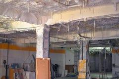 Термоизоляция с пеной на потолке стоковая фотография