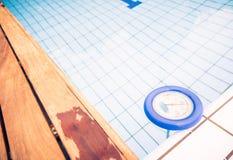 Термометр воды в бассейне Стоковое Фото
