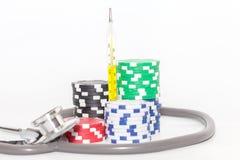 Термометр и куча казино откалывают на белизне Стоковые Изображения