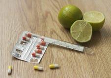 Термометр и таблетки лихорадки символическое фото для гриппа и холодов Стоковое Изображение RF