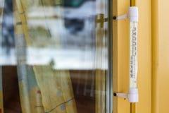 Термометр на желтой деревянной оконной раме Стоковое Изображение