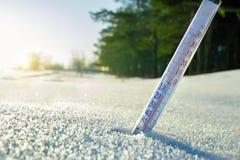 Термометр на улице в снеге стоковое изображение rf