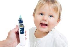 Термометр показывая 36.6 и счастливая девушка малыша Стоковое Изображение RF