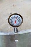 Термометр с круглой шкалой в месиве пива Стоковое Изображение