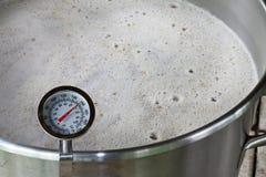Термометр с круглой шкалой в месиве пива Стоковые Изображения