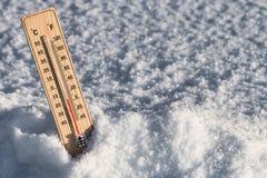 Термометр с температурой в снеге Стоковые Изображения RF