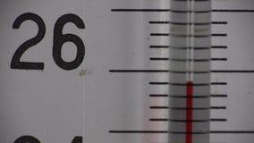 Термометр, температура поднимая около 26 степень акции видеоматериалы