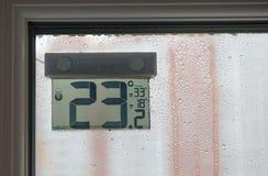 Термометр улицы за окном в ненастной погоде Стоковое фото RF