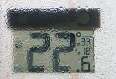 Термометр улицы за окном в ненастной погоде Стоковые Изображения