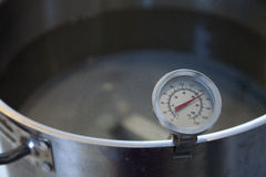 Термометр читая 150 градусов фаренгейта Стоковая Фотография