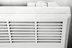 Термостат, пульт управления на электрическом белом радиаторе деталь стоковое изображение