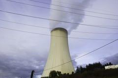 Термоэлектрический стояк водяного охлаждения завода с дымом Стоковое Фото