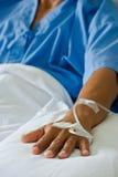 Терпеливейшая рука с saline intravenous (iv) Стоковое Изображение